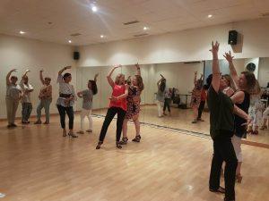 Clases de baile en grupo de la academia de danza Lunares Blancos